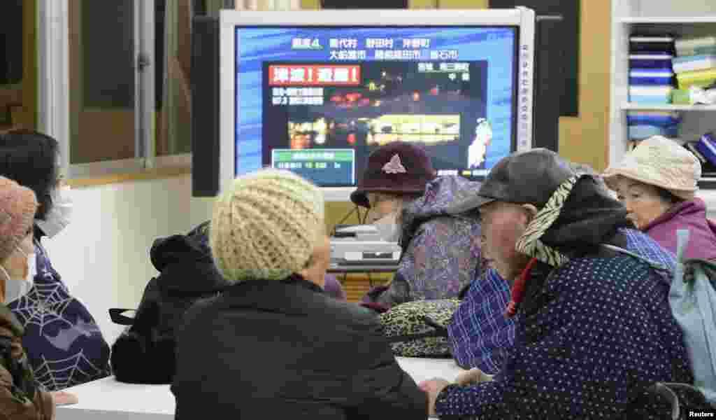 زلزلے کے بعد جاپان کے شہری تازہ ترین صورت حال جاننے کے لیے ٹیلی ویژن دیکھ رہے ہیں