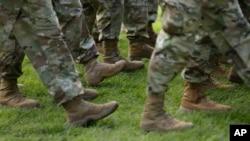 列队行走的美国陆军军人(资料照)