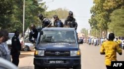 La police burkinabè patrouille dans un véhicule lors d'un rassemblement à Ouagadougou, au Burkina, le 21 octobre 2017?