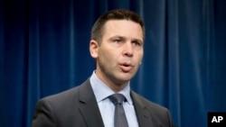 El comisionado de Aduanas y Protección Fronteriza de EE.UU., Kevin McAleenan, dice que está trabajando en un plan para reanudar el enjuiciamiento de inmigrantes que ingresan ilegalmente al país.
