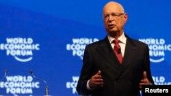 """Klaus Schwab, Pimpinan Eksekutif Forum Ekonomi Dunia berbicara pada penyerahan """"Crystal Awards"""" di Davos, Swiss tahun lalu (foto: dok)."""