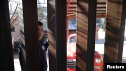 Un hombre en Nogales, Sonora, México, mira a través de la valla fronteriza hacia Nogales, Arizona, el 31 de enero, de 2017.
