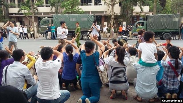 Người biểu tình tọa kháng phía trước Ủy ban Nhân dân TP Hà Nội hôm 8/5.
