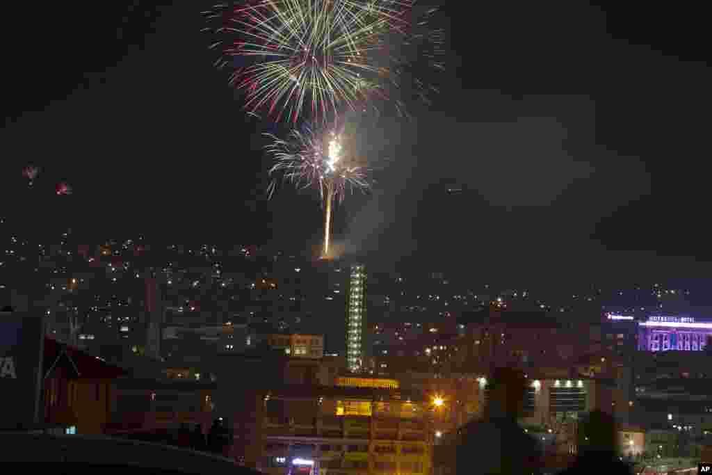 Kembang api menghiasi langit di ibukota Kosovo, Pristina, dalam peringatan HUT ke-5 kemerdekaan Kosovo dari Serbia.