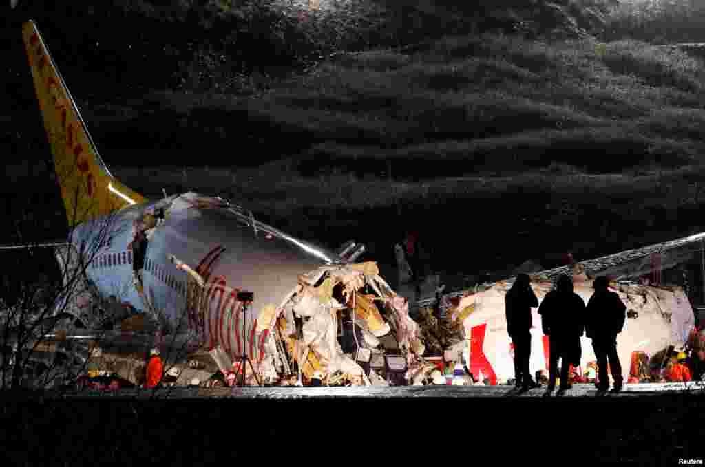 ប៉ូលិសពិនិត្យមើលយន្តហោះ Boeing 737-86J ដែលបានរត់ហួសផ្លូវរត់នៃអាកាសយានដ្ឋាន Gokcen ក្នុងទីក្រុងអ៊ីស្តង់ប៊ុលប្រទេសតួកគី។