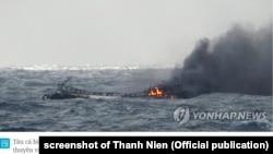 Ảnh của Yonhap chụp tàu cá Hàn Quốc bị cháy