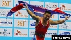 금메달이 확정되자 기뻐하고 있는 북한 역도 선수 김은국
