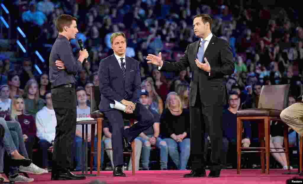 Cameron Kasky, un élève de Marjory Stoneman Douglas High School, Jake Tapper, un présentateur de CNN et Marc Rubio, le sénateur républicain pendant un débat télévisé à Parkland en Floride, le 21 février 2018.