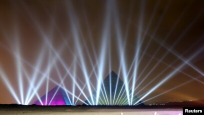 Piramida dengan atraksi lampunya di malam tahun baru.