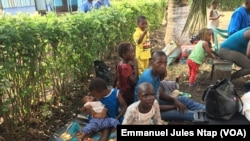 Les enfants du village Ediki parmi les déplacés à Mbanga, Cameroun, le 22 avril 2018. (VOA/Emmanuel Jules Ntap)