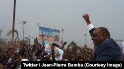 L'ex-vice-président Jean-Pierre Bemba lève son point pour saluer ses supporters lors de son retour à Kinshasa, RDC, 31 août 2018. (Twitter/Jean-Pierre Bemba)
