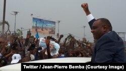 Jean-Pierre Bemba salue ses supporters lors de son retour à Kinshasa, RDC, le 31 août 2018. (Twitter/Jean-Pierre Bemba)