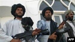 Cựu chiến binh Taliban đầu hàng vũ khí cho nhà chức trách Afghanistan tại Herat, phía tây thủ đô Kabul, Afghanistan, 19/6/2010