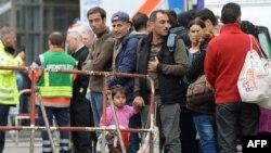 Người tị nạn chờ đợi để kiểm tra y tế sau khi đến nhà ga xe lửa chính ở Munich, miền nam nước Đức, ngày 5/9/2015.