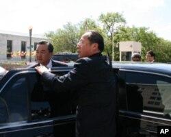 王毅进入座车