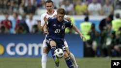 Gotoku Sakai, de la selección de Japón, controla la pelota delante de Artur Jedrzejczyk, de Polonia, durante el encuentro mundialista realizado el jueves 28 de junio de 2018, en Volgogrado (AP Foto/Andrew Medichini)
