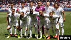 Tim sepakbola nasional AS berfoto bersama sebelum pertandingan persahabatan dengan Turki di Harrison, New Jersey (1/6). (Reuters/Mike Segar)