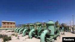 لوله های ترمينال نفت الزويتينة در شهر الزويتينة (غرب بنغازی)