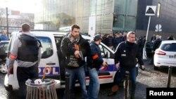La police française sécurise la zone où un homme a été abattu à un poste de police dans le 18ème arrondissement à Paris, France, 7 janvier 2016.