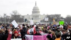 人们从国会山游行前往华盛顿纪念碑呼吁枪支控制