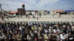 반군 거점 벵가지에서 카다피군과 싸우다 숨진 전사의 장례식이 열린 가운데, 리비아인들이 추모 기도를 하고 있다.