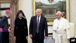 Presiden AS Donald Trump dan ibu negara Melania Trump bertemu dengan Paus Fransiskus di Vatikan, Rabu (24/5).