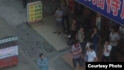 叶海燕家楼下聚集的部分男子 (推特图片/网友提供)