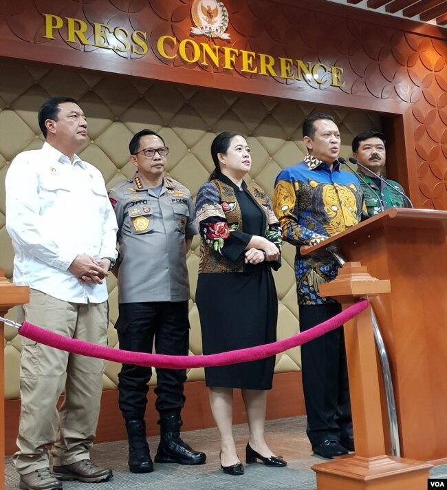 Ketua MPR Bambang Soesatyo berbicara dalam jumpa pers soal keamanan menjelang pelantikan Presiden dan Wapres di gedung MPR, Selasa (15/10). (Foto: VOA/Fathiyah)