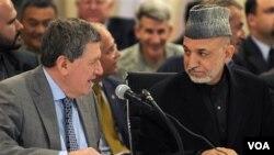 Mendiang Richard Holbrooke (kiri) mempunyai hubungan yang tegang dengan Presiden Afghanistan Hamid Karzai (foto dokumentasi: 1 April 2010).