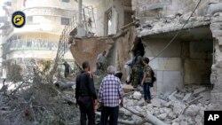 救援人員在敘利亞城市阿勒頗西部遭受空襲的地區(2016年9月21日)