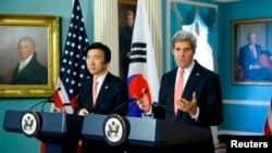 2014年10月24日,美國國務卿克里和南韓外長尹炳世在美國國務院同媒體談論2+2會談。