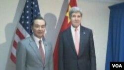 Američki državni sekretar Džon Keri sa kineskim kolegom Vang Jiom na sastanku ASEAN-a u Bruneju