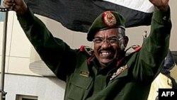 M. Béchir fait l'objet d'un mandat d'arrêt de la Cour pénale internationale pour crimes contre l'humanité, crimes de guerre et génocide au Darfour.