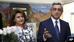 Ketua Partai Republik, Presiden Armenia Serge Sarkisyan (kanan) berbicara kepada media setelah memberikan suara di TPS Yerevan dalam pemilu hari Minggu (6/5).