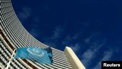 位于维也纳国际原子能机构( IAEA )的旗帜在空中飘扬(资料照片)。