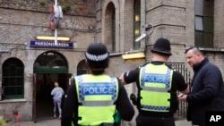 17일 영국 런던 경찰관들이 이달 초 폭발물 테러가 발생한 파슨스그린 지하철역 주변을 순찰하고 있다.