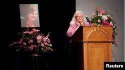 Susan Bro, ibu dari Heather Heyer, korban tewas dalam tabrak lagi saat aksi protes di Charlottesville, Virginia. Susan Bro memberikan kata sambutan dalam acara untuk menghormati putrinya di Paramount Theater in Charlottesville, Virginia, 16 August 2017.