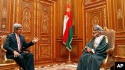 Ngoại trưởng Hoa Kỳ John Kerry (trái) hội đàm với vua Qaboos bin Said at Bait Al Baraka của Oman trong thủ đô Muscat, 21/5/13