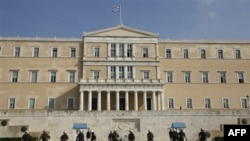 Grčka policija ispred zgrade parlamenta u Atini posle detoniranja eksplozivne naprave, 2. novembar 2010.