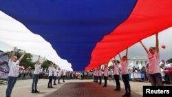 Ogromna ruska zastava u Stavropolju, prilikom proslave Dana Rusije