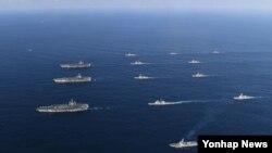지난 12일 미국의 핵 추진 항공모함 3척이 12일 한국 동해상의 한국작전구역에 진입해 한국군 함정과 고강도 연합훈련을 하고 있다.