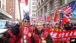 紐約榮光會參與退伍軍人節遊行, 左為理事張學海, 右為領隊王寶銘