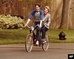 罗恩和母亲南希在白宫草坪上骑自行车