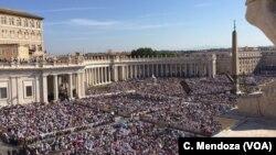2016年9月4日,在梵蒂冈的圣彼得广场,教宗方济各主持弥撒,为特蕾莎修女封圣。
