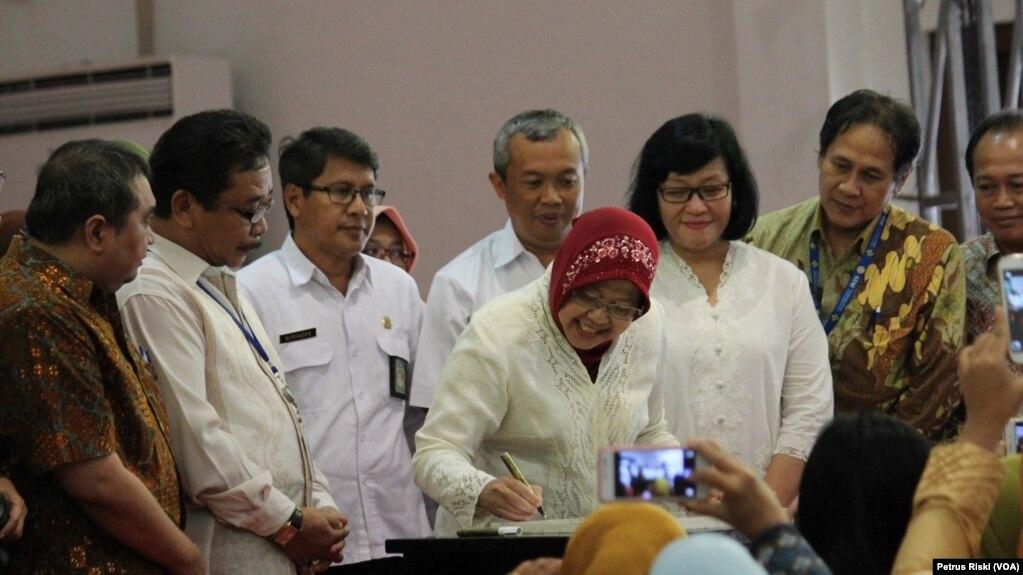 Walikota Surabaya Tri Rismaharini menandatangani pencanangan Gerakan 1.000 Hari Pertama Kehidupan dalam rangka menurunkan angak kematian ibu melahirkan dan bayi (Foto: VOA/Petrus Riski).