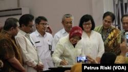 """Walikota Surabaya, Tri Rismaharini, menandatangani pencanangan Gerakan """"1.000 Hari Pertama Kehidupan"""" dalam rangka menurunkan angka kematian ibu melahirkan dan bayi (Foto: VOA/Petrus Riski)."""