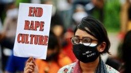 "Foto menunjukkan seorang perempuan yang memegang poster yang bertuliskan ""Hentikan Kultur Pemerkosaan"". (Foto: Reuters)"
