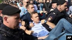 俄罗斯警察在莫斯科普希金广场举行抗议普京总统的示威现场逮捕了反对派领袖纳瓦尔尼。 (2018年5月5日)
