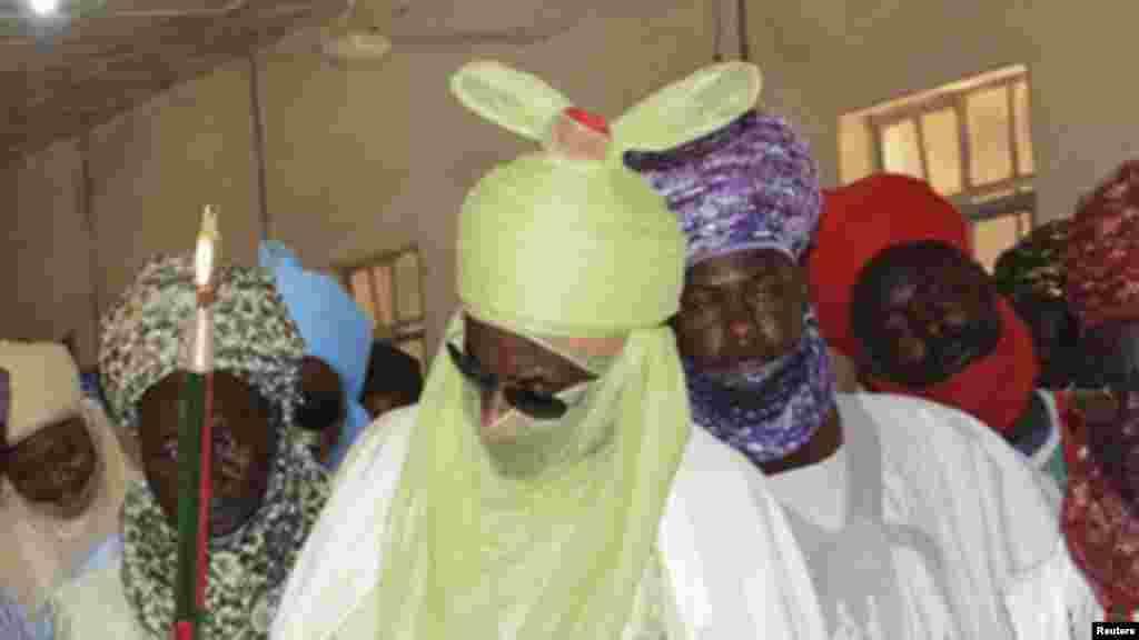 Sarkin Kano, Muhammadu Sanusi na Biyu yana ziyartar wadanda harin bom din Makaratar Malaman Tsafta na Kano ya shafa, a asibitin Murtala dake Kano. Yuni 24, 2014.