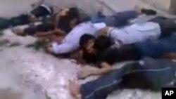 Bức ảnh trích từ một video nghiệp dư cho thấy thi hài các nạn nhân ở Bayda, Syria, 5/3/13